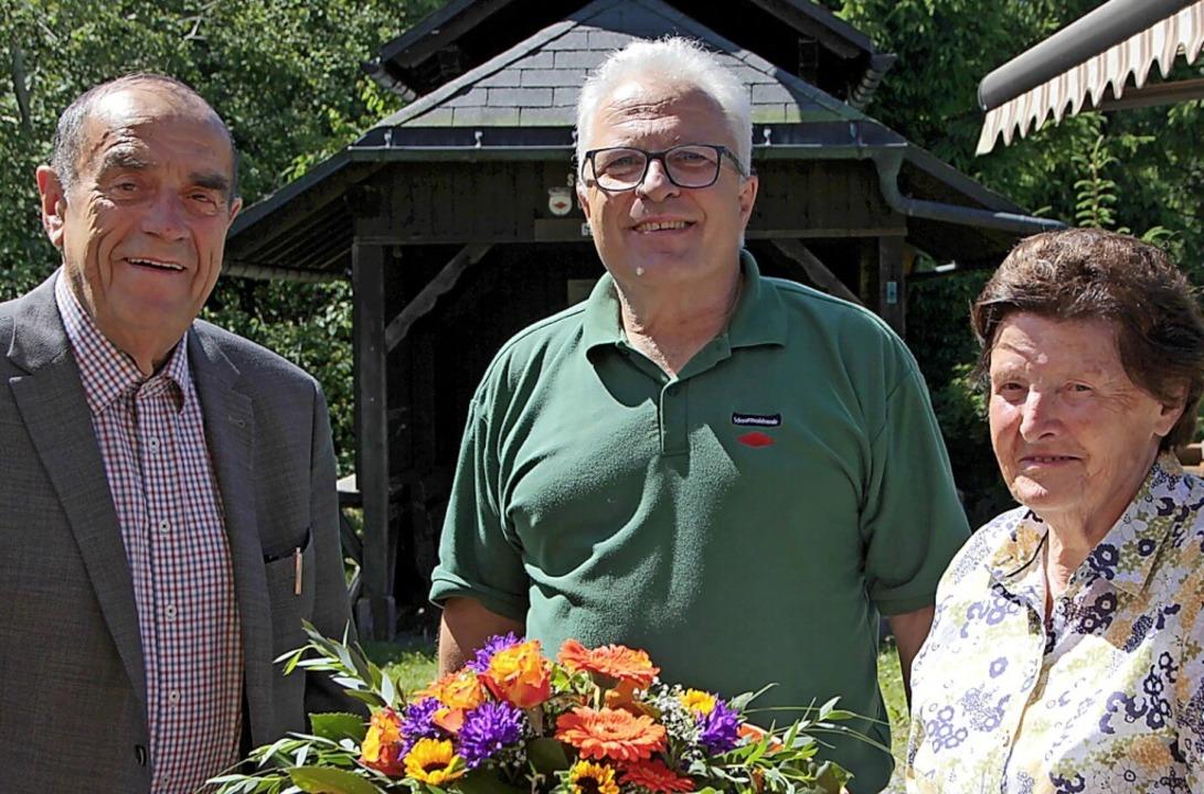 Fritz und Myrta Hauber erhielten eine ... dessen  Vorsitzendem Christof Berger.  | Foto: Peter Koch