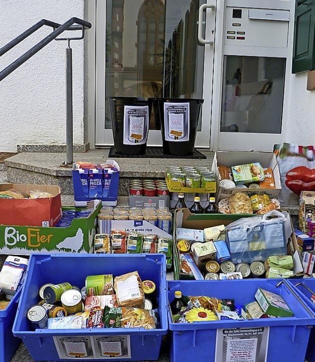 Vor dem Pfarrhaus stehen wieder Körbe und Wannen für gespendete Waren  bereit.     Foto: privat
