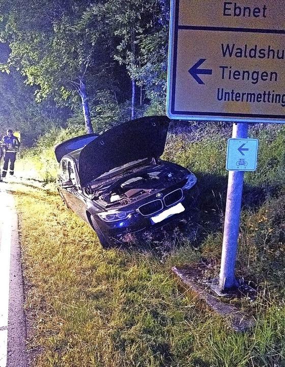 Von der Straße abgekommen: Die Fahrerin des Wagens kam mit dem Schrecken davon.     Foto: Feuerwehr