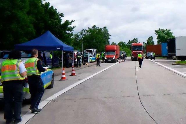 Polizei kontrolliert 100 Fahrzeuge an der A5 und hat 40-mal etwas zu beanstanden