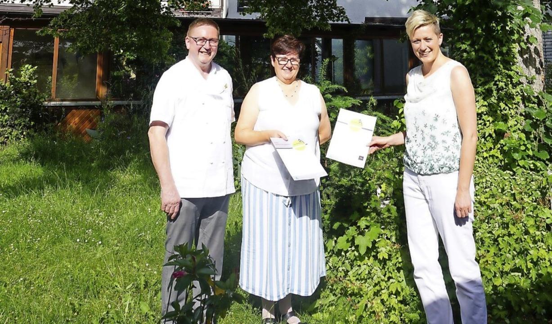 Bei der Übergabe der Urkunde in Suggen...tel Suggenbad und Ulrike Weiß (v.l.).     Foto: ZweiTälerTal