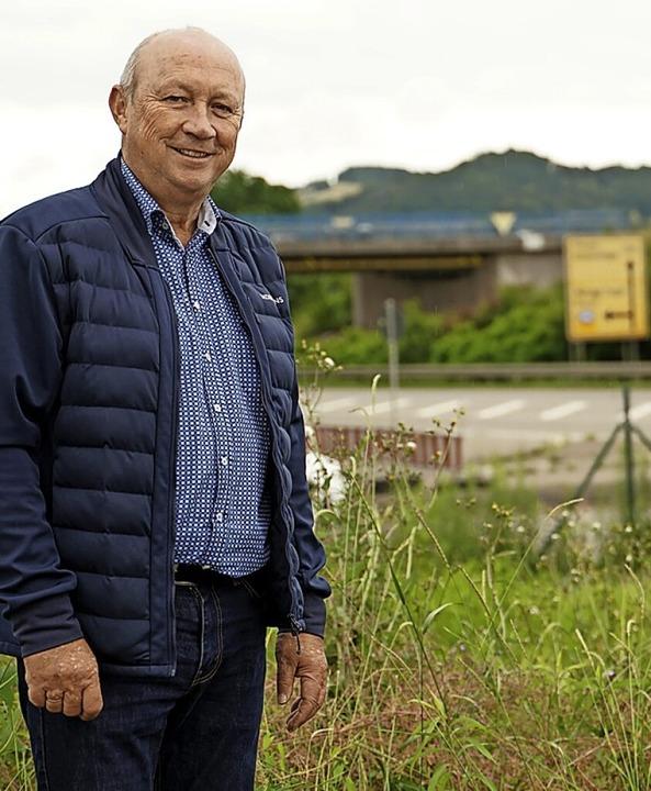 Thomas Schäuble, Lauchringens Bürgermeister, vor der Ortsumfahrung Lauchringen.  | Foto: Nico Talenta