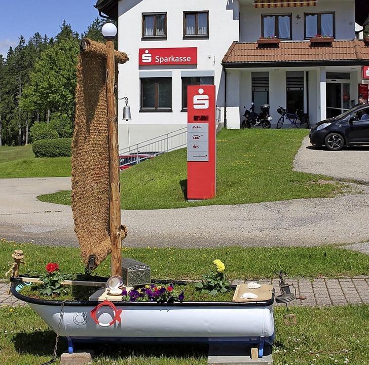 Das Segelschiff vor der Sparkasse auf ... streicht das Geldinstitut  die Segel.  | Foto: Gert Brichta