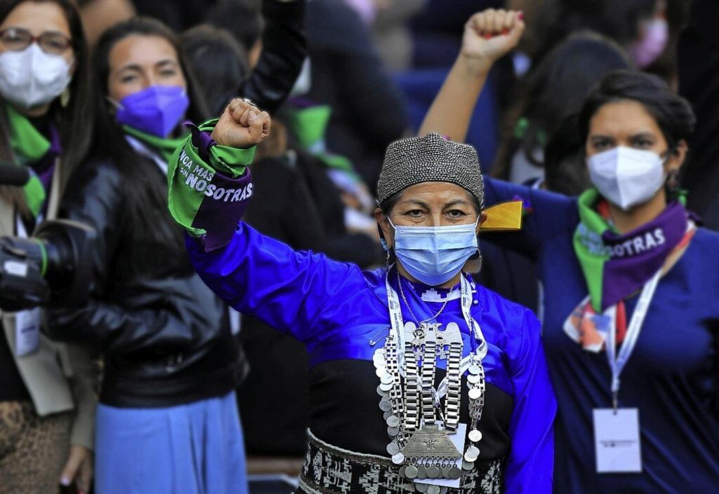 Elisa Loncón (Mitte) nach der Sitzung des Verfassungskonvents.  | Foto: Diego Martin (dpa)