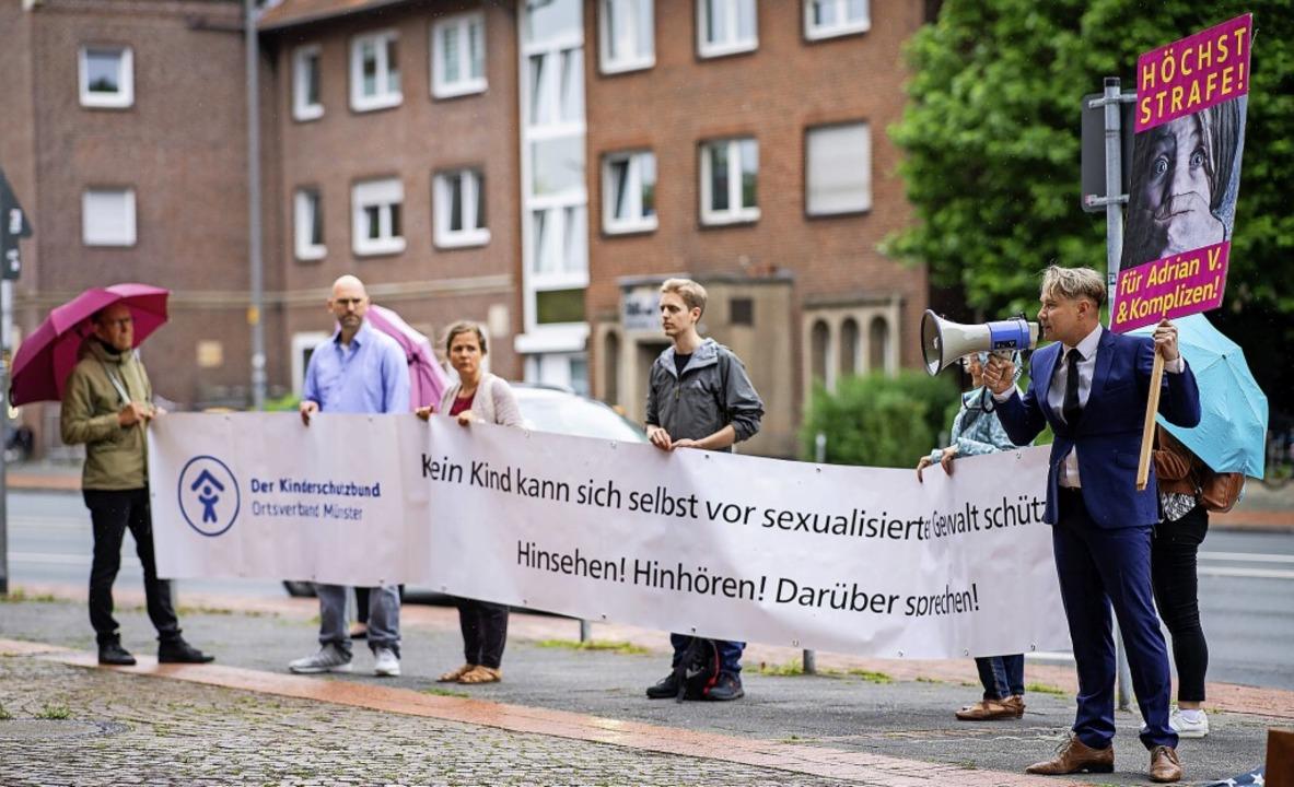 Aktivisten des Kinderschutzbunds stehe...cht Münster, wo der Prozess stattfand.    Foto: Guido Kirchner (dpa)