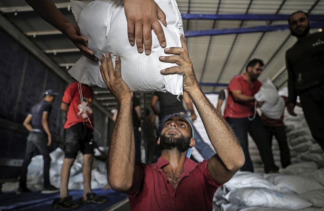 Lebensmittel des Welternährungsprogram... Nationen werden in Syrien ausgeladen.  | Foto: Anas Alkharboutli (dpa)