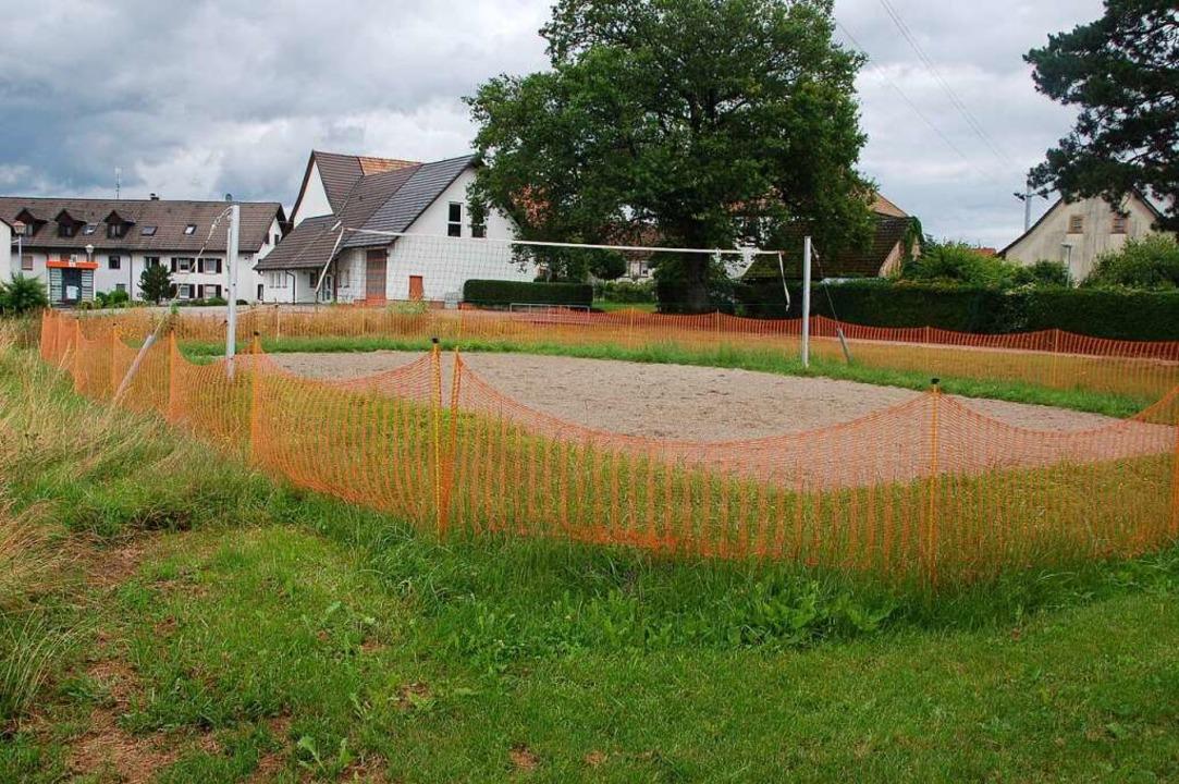 Vor dem neuerdings eingezäunten Volley...ld soll der neue Spielplatz entstehen.  | Foto: Petra Wunderle