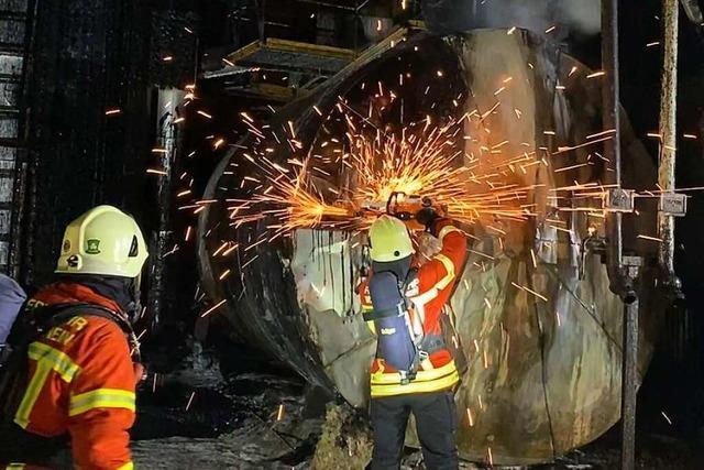 Feuerwehr löscht Brand im Asphaltwerk bei Weil-Haltingen