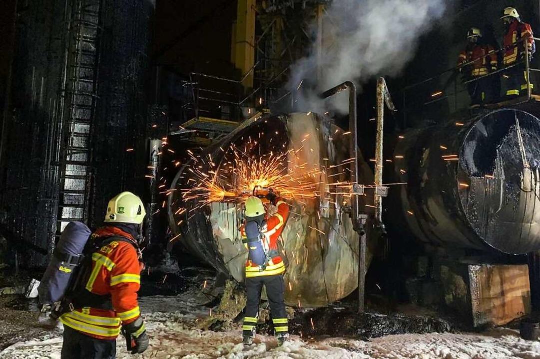 Ein Feuerwehrmann öffnet mit dem Trenn...mmantelung, um Glutnester freizulegen.    Foto: Privat