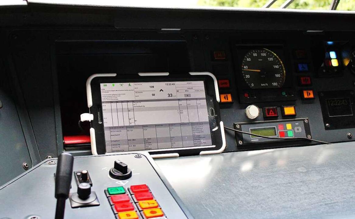 Das Tablet ist inzwischen Begleiter je...net es Empfehlungen für die Fahrweise.    Foto: Rolf Reißmann