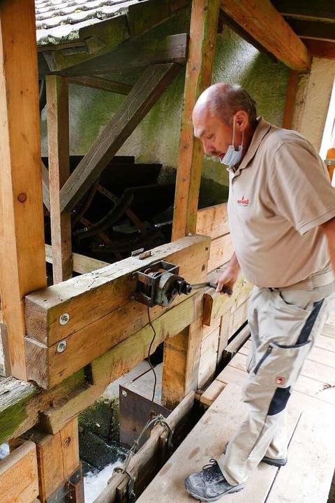 Friedrich Streich bringt die Wasserzufuhr in Gang.    Foto: Sarah Trinler