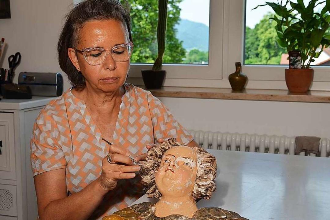 Heidi Kisslinger beim Restaurieren der Engel:  | Foto: privat
