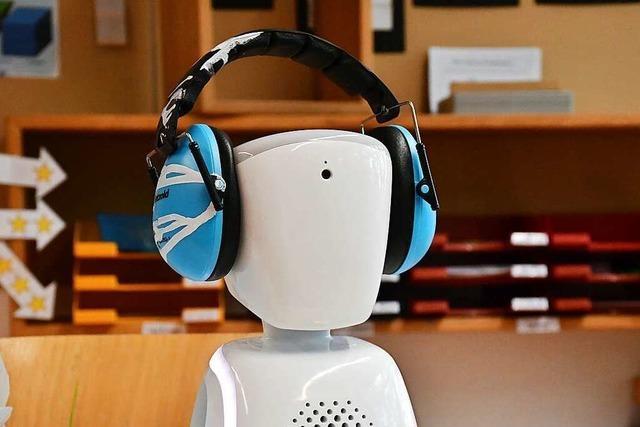 Der kleine Roboter AVI hilft einem krebskranken Schüler in Lörrach