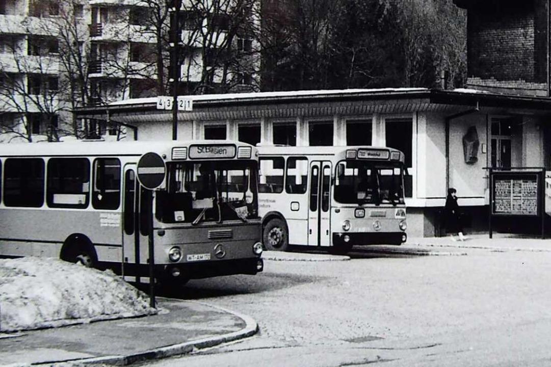 Der Busbahnhof in den Nachkriegsjahrzehnten beim einstigen Postamt.  | Foto: Thomas Mutter