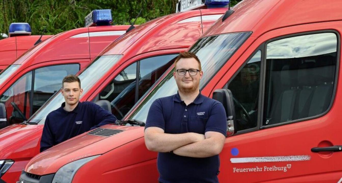 Simon Schöllhorn (links) und Benedikt ...tlichen Einsatz im Hof der Feuerwache.  | Foto: Ingo Schneider