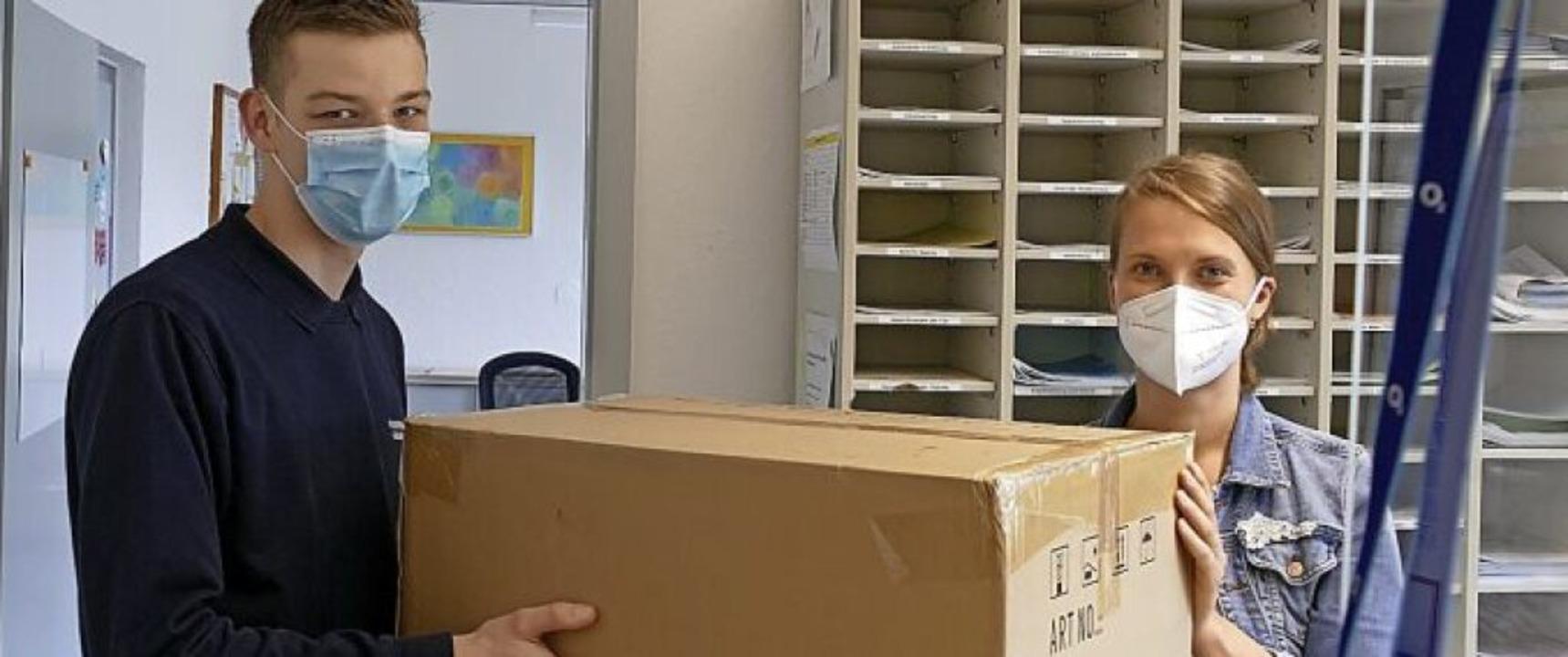 Ein Paket geht an  Marie-Luise Furlan, Schulleiterin der Lortzing-Schule.  | Foto: Stephanie Streif