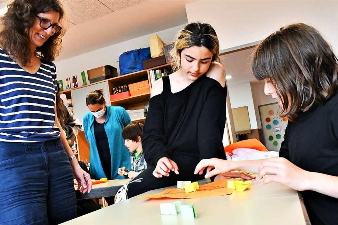 Origamifalten mit Elke Muche ist eines...brücken-Angebote der Pestalozzischule.    Foto: Barbara Ruda