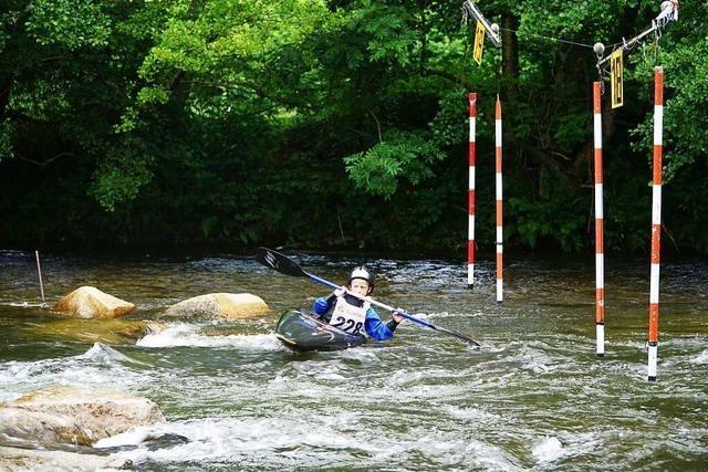 Mit dem Kajak im Wildwasser durch einen Slalomparcours