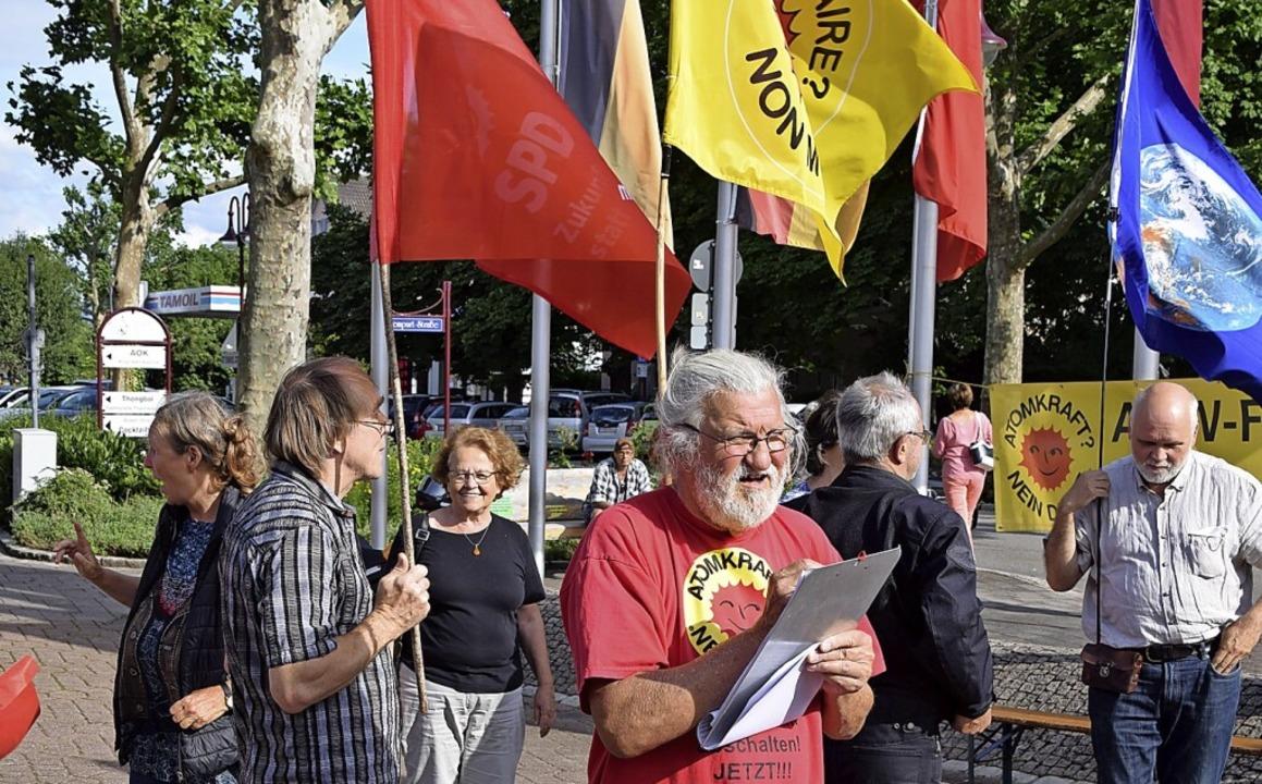 Bei der 502. Mahnwache gegen Atomkraft...altung des Atomkraftwerks Fessenheim.     Foto: Hans-Jochen Voigt
