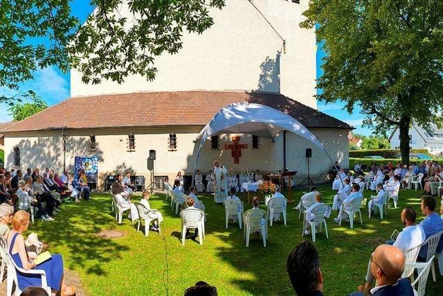 In Freiburg-Mooswald war die Erstkommunion ein sommerliches Open-Air-Event