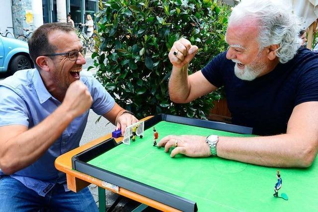 Elfmeter-Training per Tippkick: Simon und Giovanni üben das EM-Finale