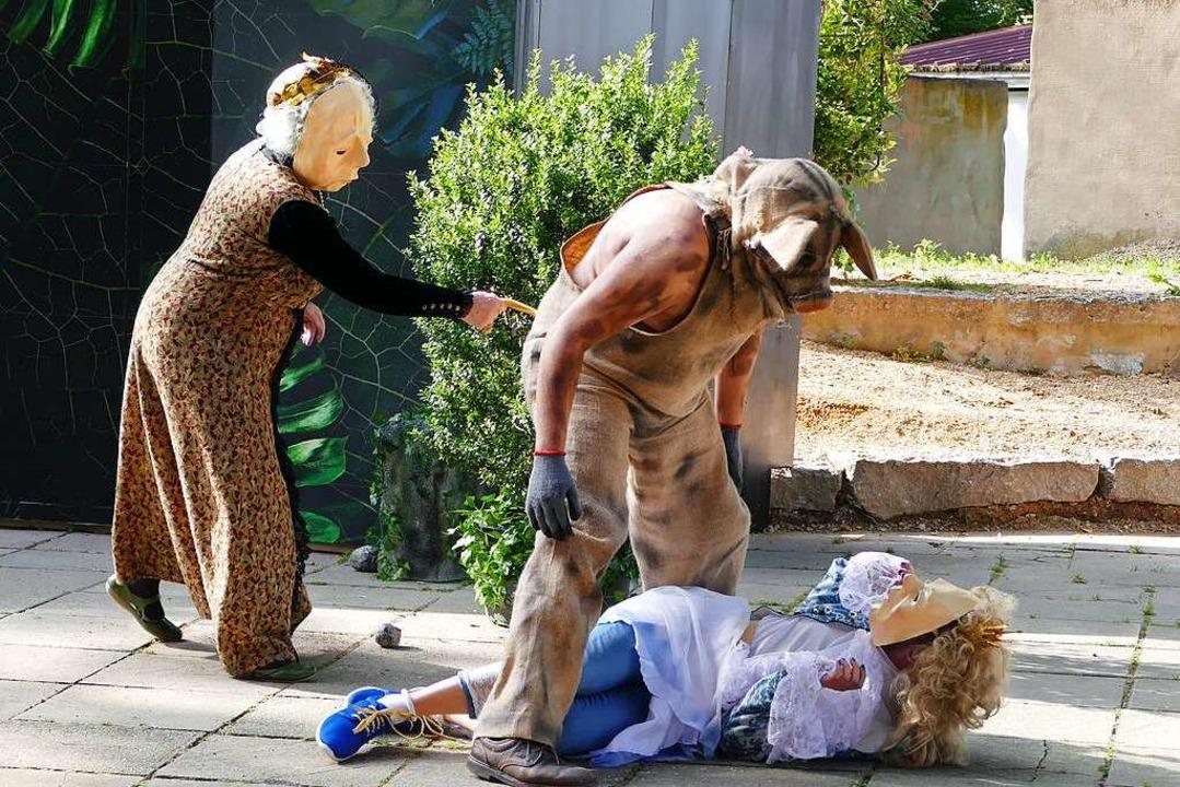 Das Wildschwein (Lion Ganz) muss überw... Prinzessin (Ben Lambracht) zu retten.    Foto: Frank Kreutner