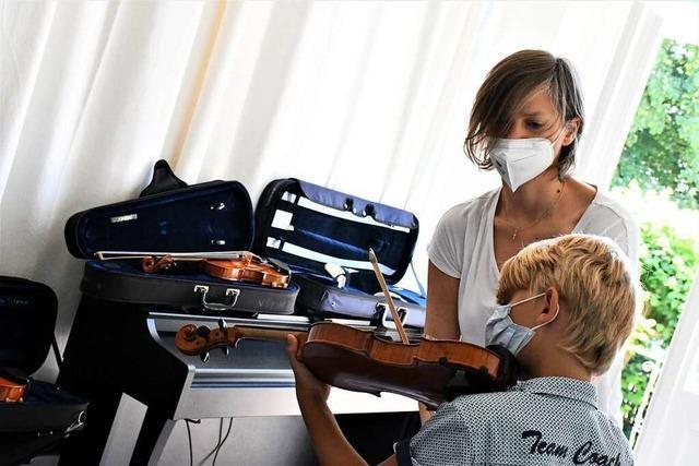 Instrumente ausprobieren beim Schnuppertag der Musikschule Lörrach