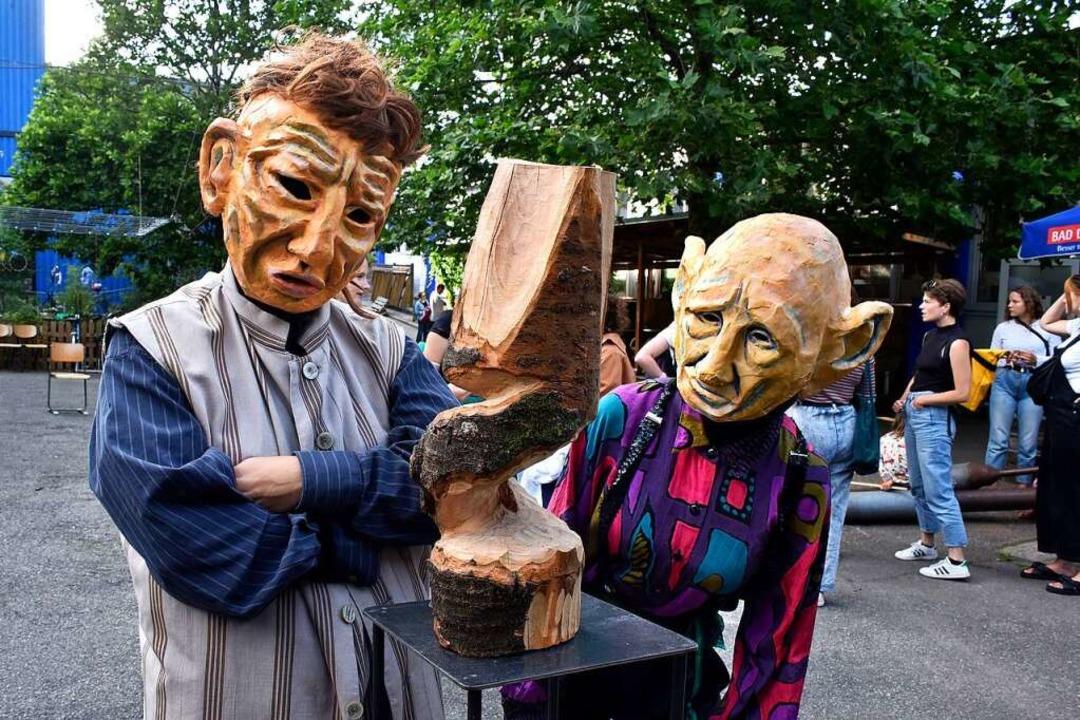 Sind sie maskiert, kommunizieren Ines ...nks) und Lara Biermann nur mit Gesten.  | Foto: Thomas Kunz
