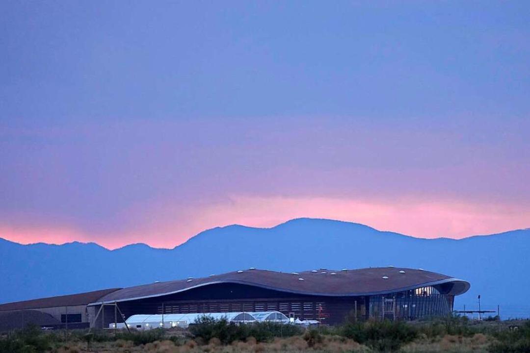 Im Hangar von Bransons Firma Virgin Ga...chard Bransons Raumflugzeug, gewartet.    Foto: David Lienemann (AFP)