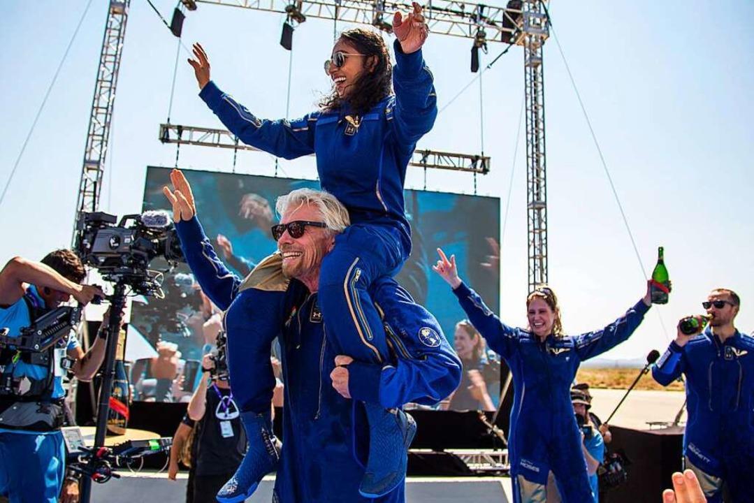 """Richard Branson und die Besatzungsmitg...nity"""" feiern ihren Weltraumflug.    Foto: Andres Leighton (dpa)"""