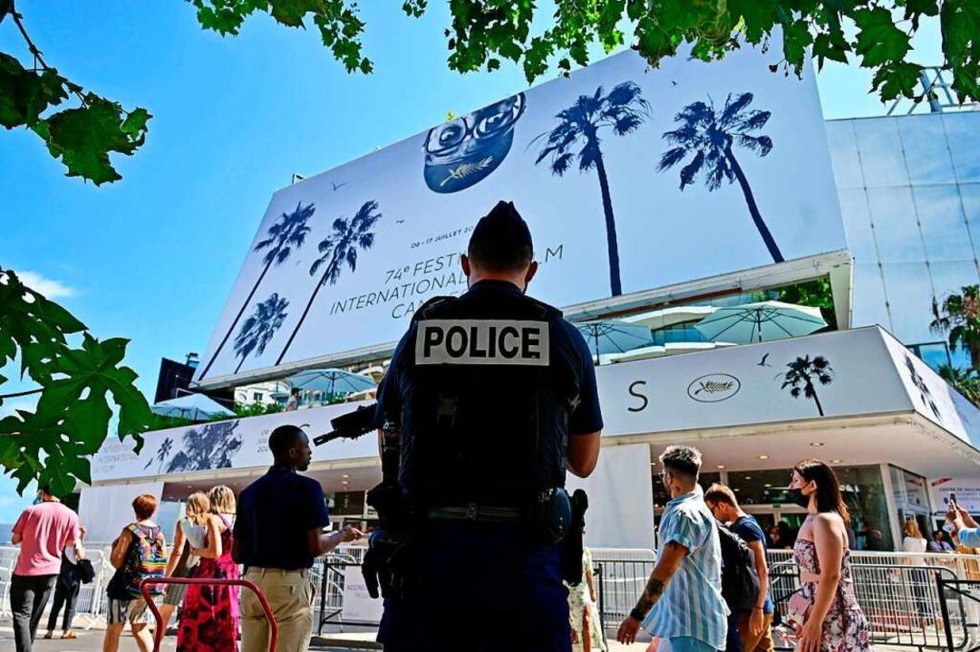 Im verschärften Sicherheitsmodus: ein ...und Passanten vor dem Palais in Cannes    Foto: JOHN MACDOUGALL (AFP)