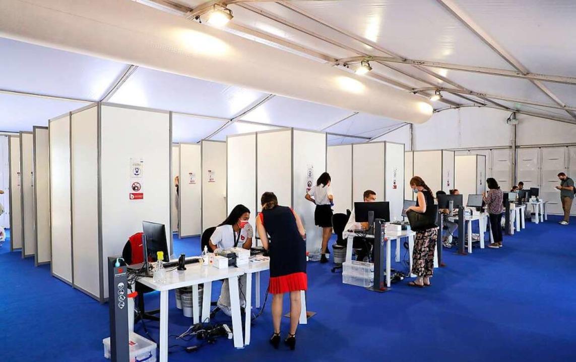 Menschen stehen an im Festival-Corona-Testzentrum    Foto: Vianney Le Caer (dpa)
