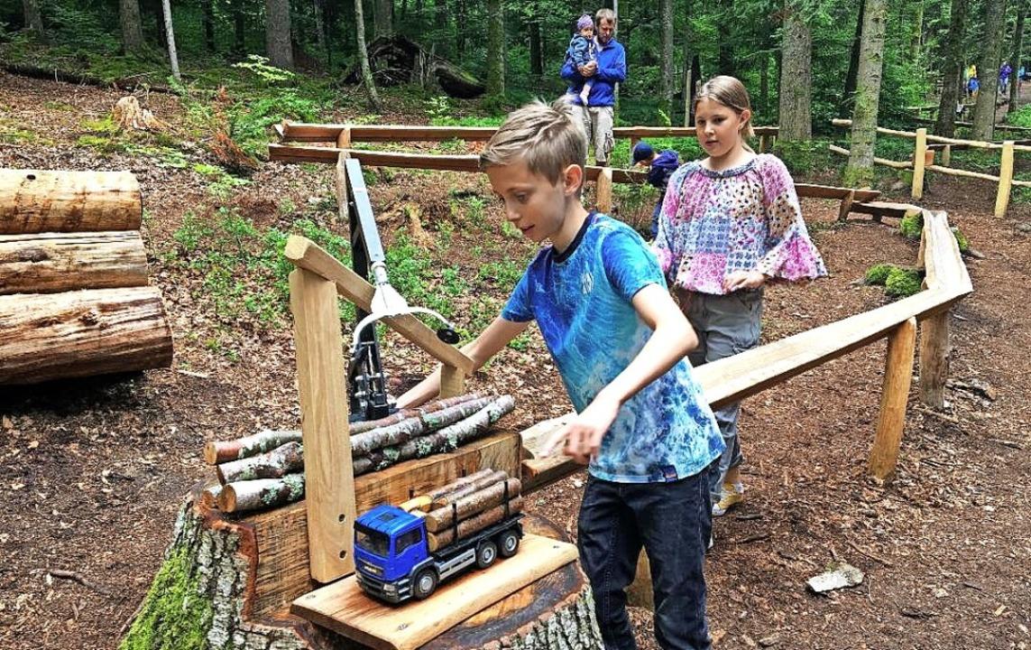 Sorgt für Begeisterung bei Groß und Kl...Mitmachstation zum Verladen von Holz.     Foto:  Tina Prause