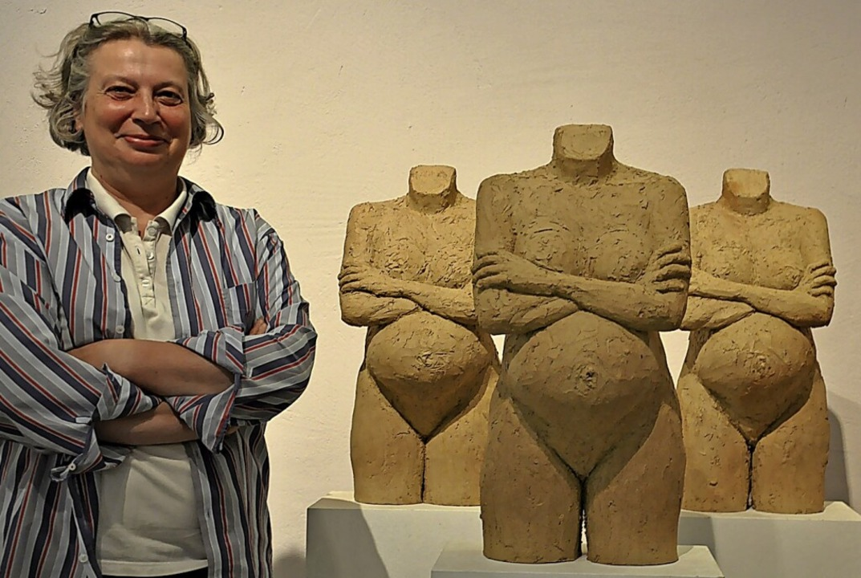 Die Skulpturen von schwangeren Frauen ...bei ihrer Ausstellung im Galerie-Café.  | Foto: Jutta Schütz