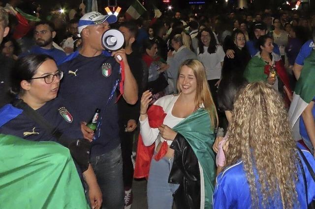 Italien-Fans feiern mit Feuerwerk