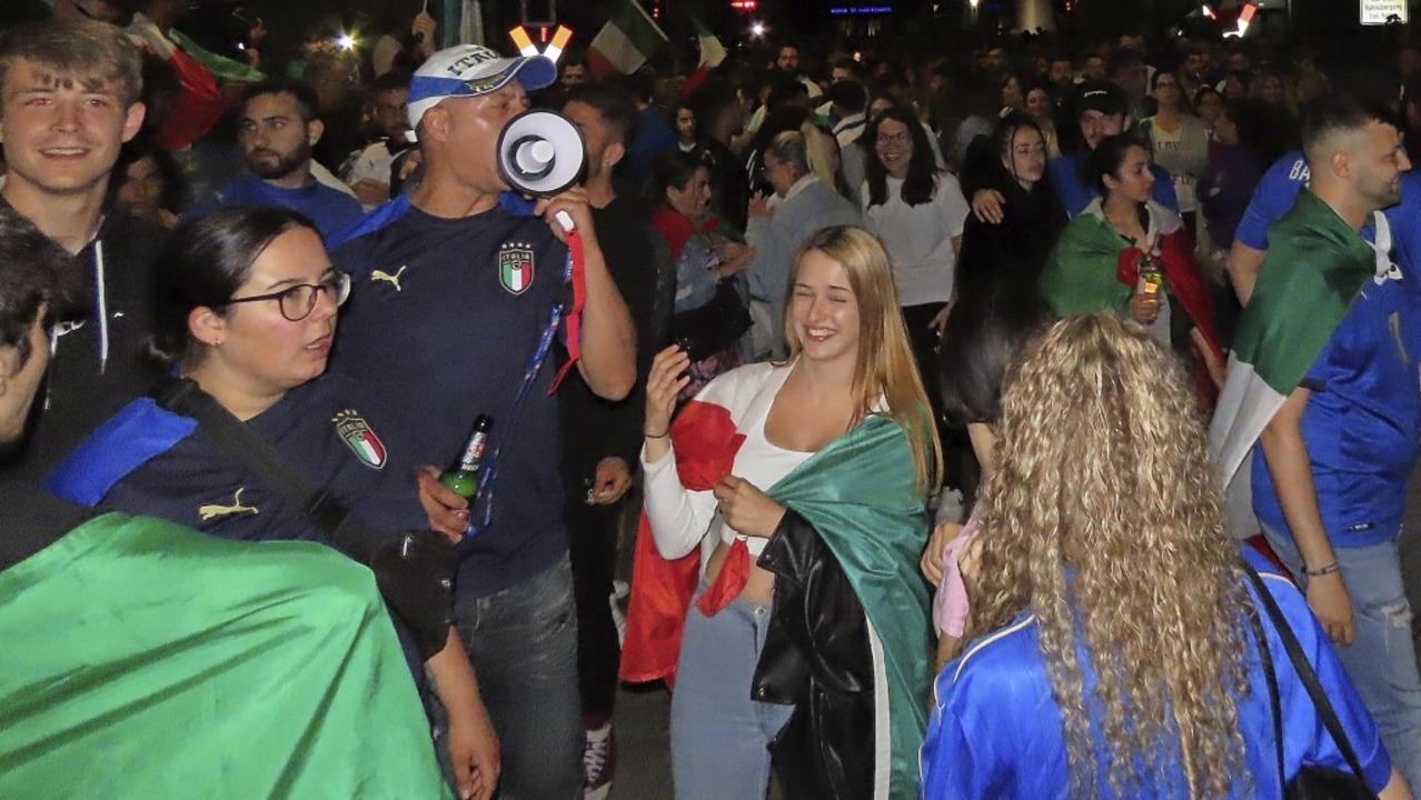 900 Italien-Fans feierten nach Mitternacht ausgelassen vor den Beck-Arkaden.   | Foto: Gerd Leutenecker
