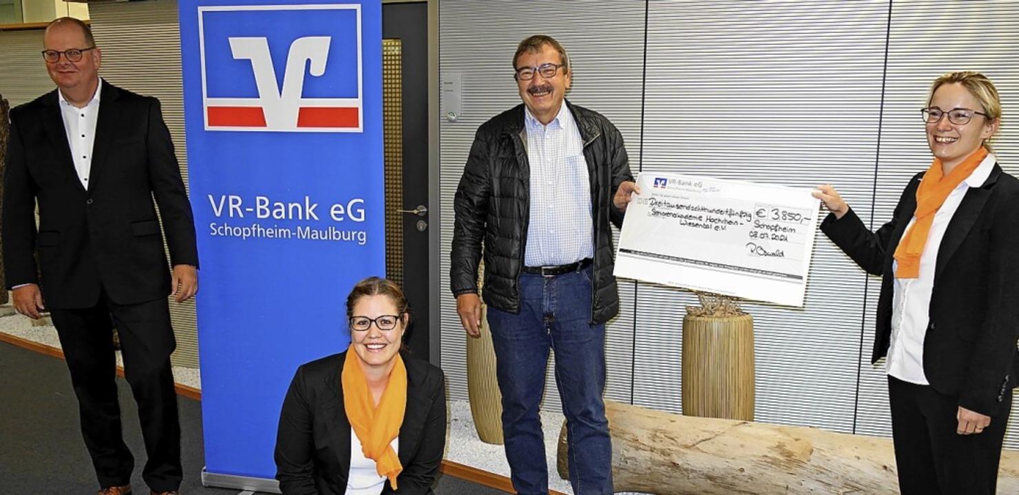 Scheckübergabe (von links): Prokurist ...ter Kiefer und  Michaela Schenkewitz.   | Foto: Gudrun Gehr