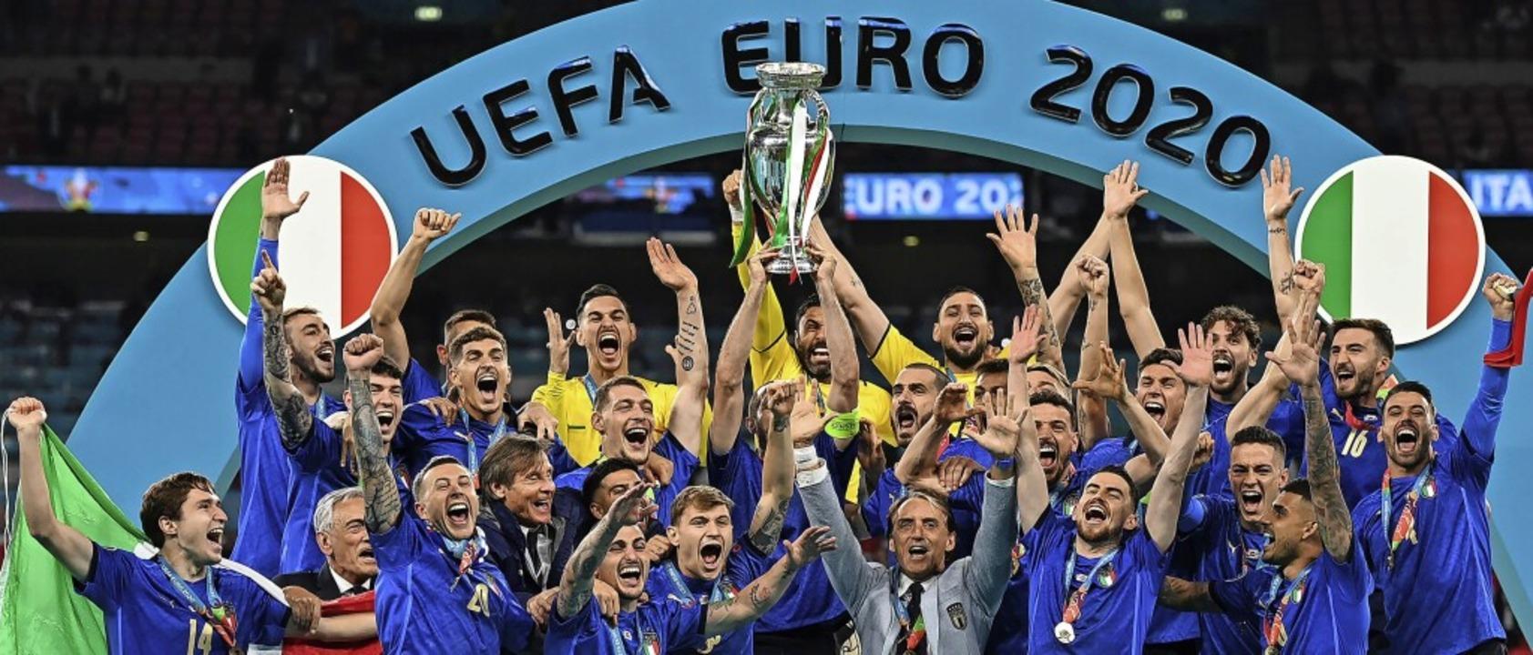 So sehen Sieger aus: die italienischen...er beim finalen Turnier-Foto mit Pokal    Foto: Michael Regan (dpa)