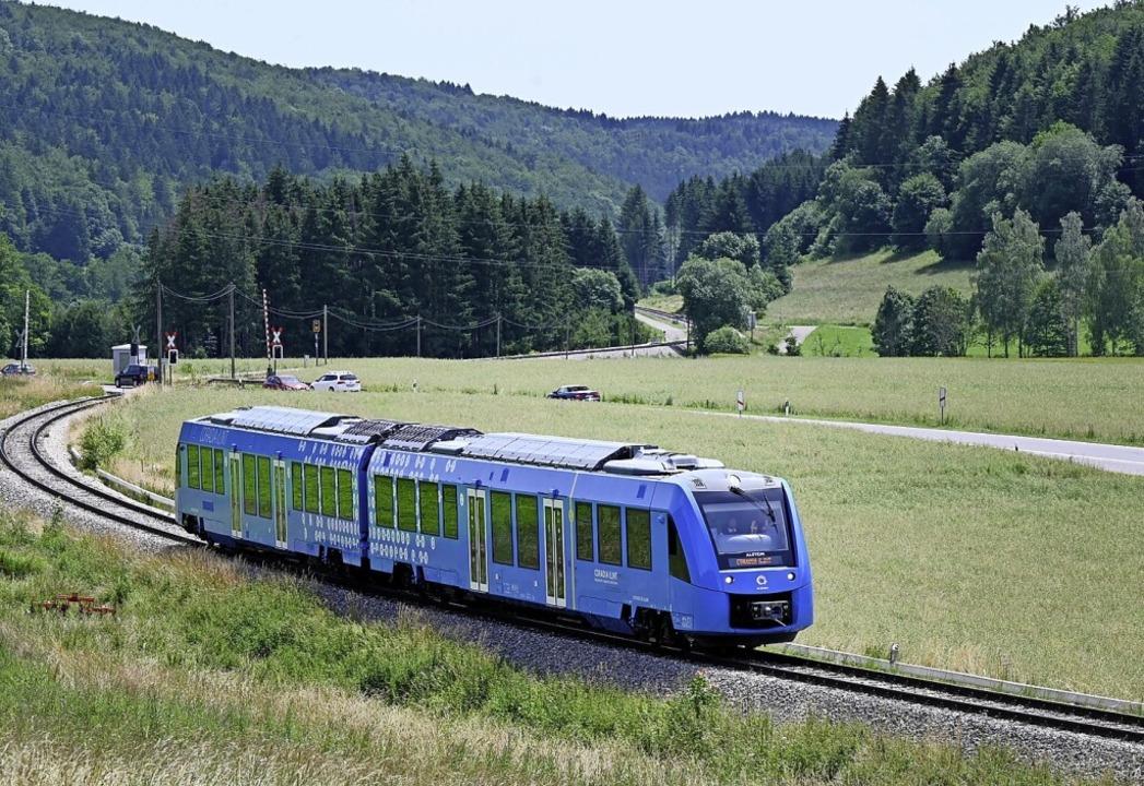 Bei Burladingen ist der Brennstoffzellenzug unterwegs.    Foto: Bernd Weissbrod (dpa)