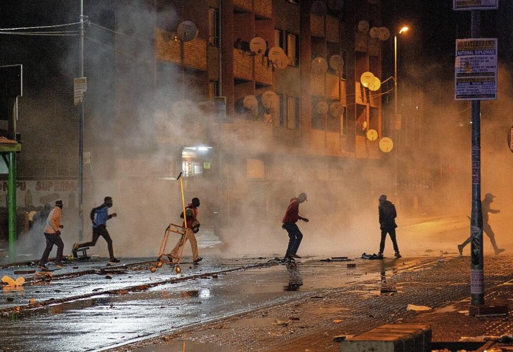 Bürgerkriegsähnliche Zustände in Johannesburg.    Foto: Yeshiel (dpa)