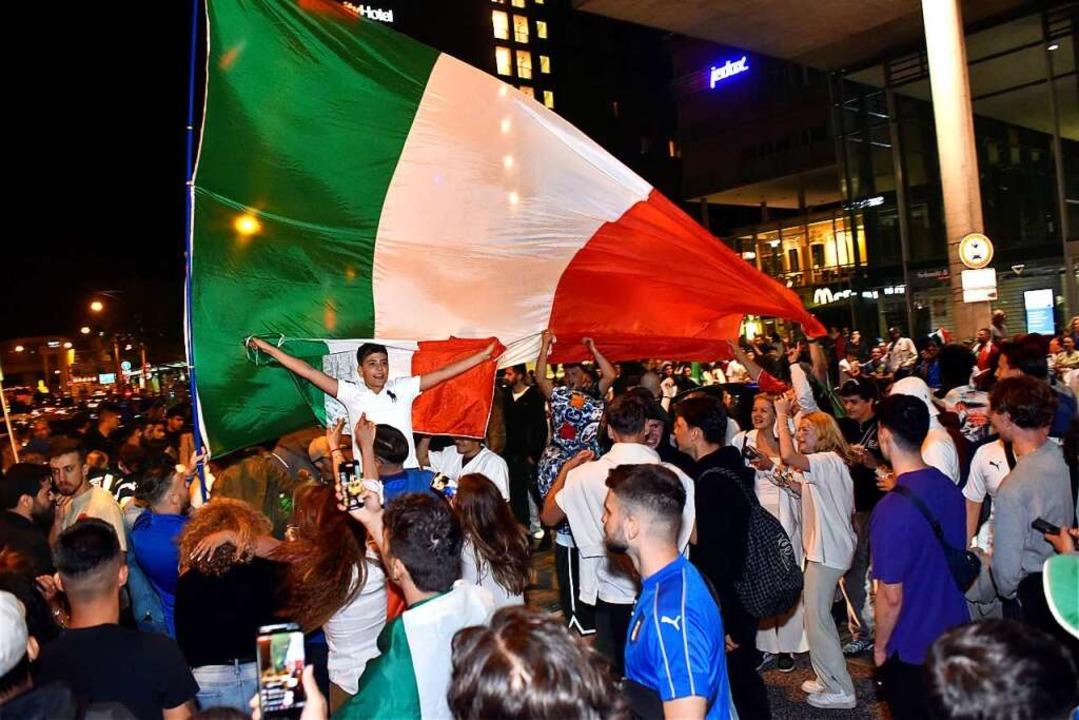 Rund 400 Italiener und Italien-Fans fe...auptbahnhof den Fußball-Europameister.  | Foto: Thomas Kunz