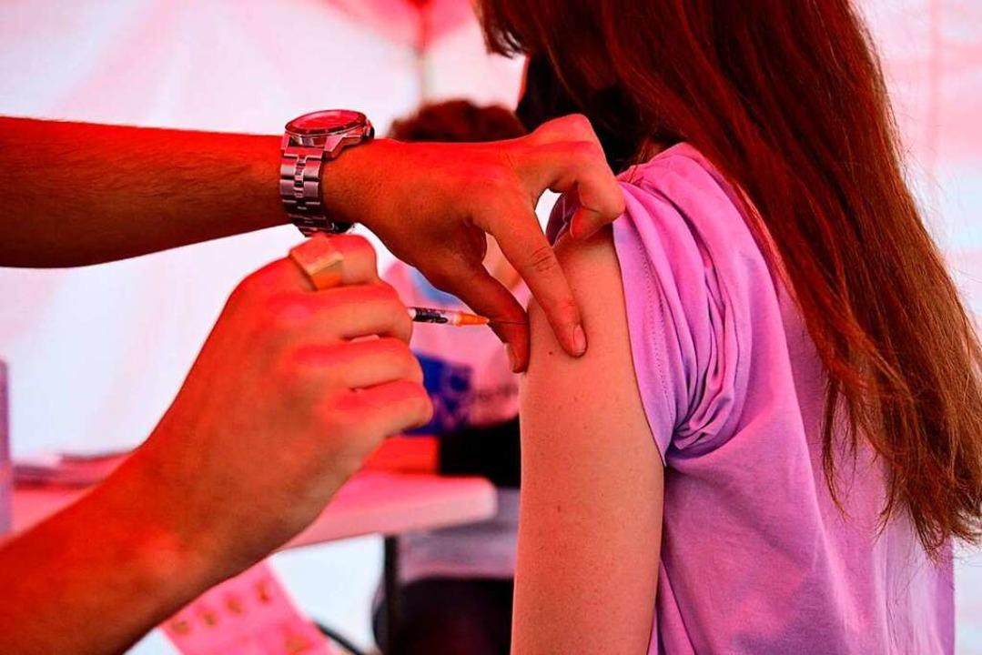 Eine Impfung gegen Sars-CoV-2 in einem...buchungen in Frankreich sprunghaft an.    Foto: MARTIN BUREAU (AFP)
