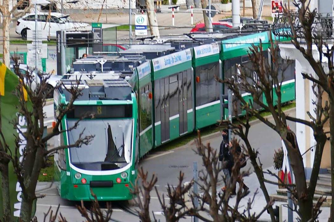 Die Tram 8 bei ihrer Fahrt durch Friedlingen  | Foto: Victoria Langelott