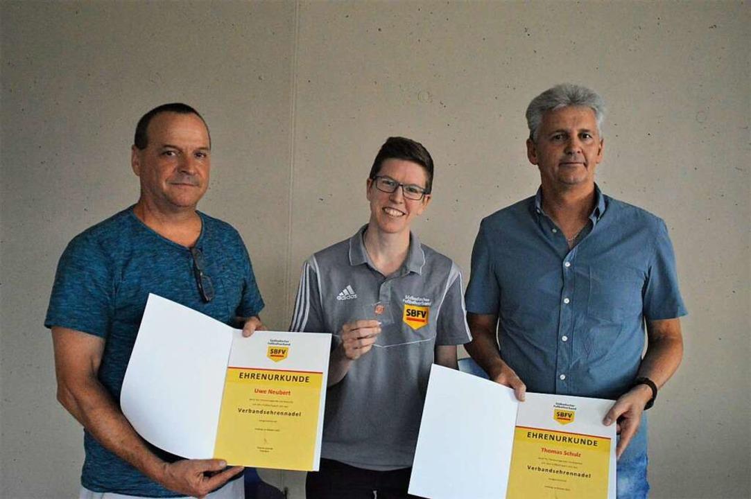 Mit der Verbandsehrennadel und Ehrenur...harina Kessler vom SBFV ausgezeichnet.  | Foto: Edgar Steinfelder