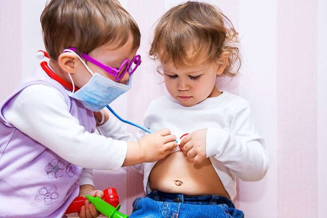 Lass mal sehen – Doktorspiele im Kindergarten    Foto: yanlev (Adobe Stock)