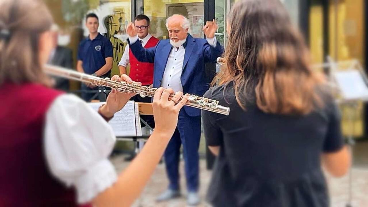 Ein letztes Mal: Peter Latein dirigier...tersbedingt in den Ruhestand gegangen.  | Foto: Hans-Jürgen Hege