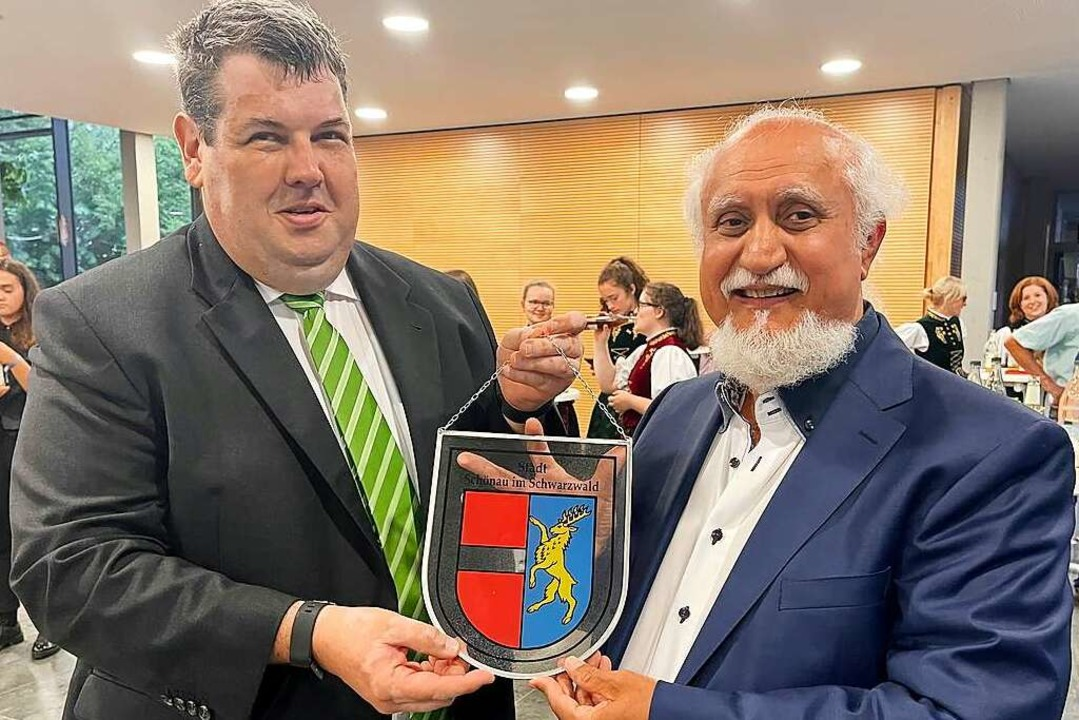 Schönaus Bürgermeister Peter Schelshorn überreicht das Gläserne Stadtwappen.  | Foto: Hans-Jürgen Hege
