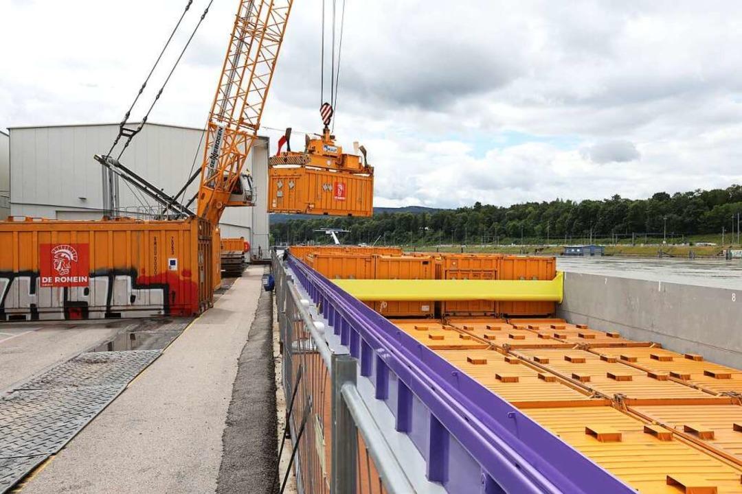 Bisher haben bereits zehn Schiffstrans... zum Auhafen in Muttenz stattgefunden.  | Foto: Pressefoto Roche
