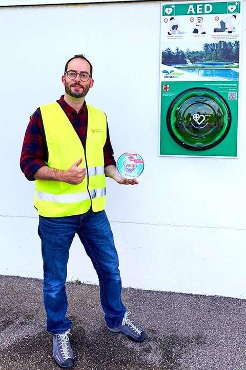 Thomas Steuber zeigt den neuen Standort des Defibrillators am Dreisambad.    Foto: Oliver Trenkle