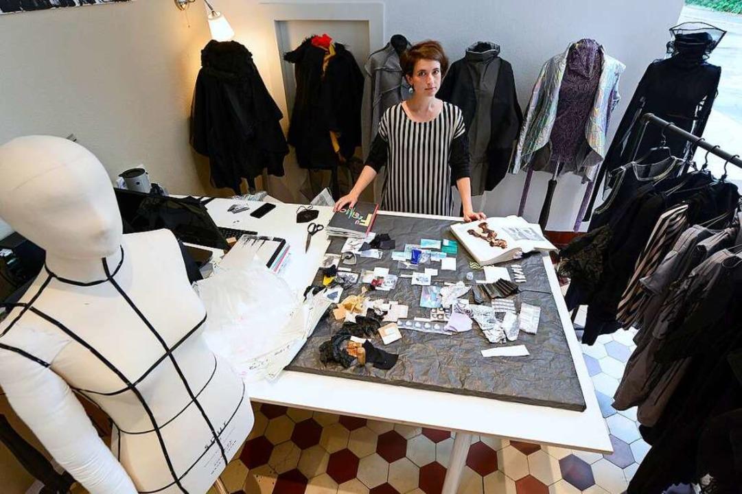 """Diplom-Designerin Anna Nickel in ihrem...rschwarz"""" in der Dreikönigstraße    Foto: Ingo Schneider"""